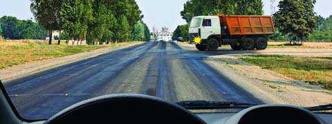 Вы намерены проехать перекресток в прямом направлении. Следует ли уступить дорогу грузовому автомобилю, выезжающему с грунтовой дороги?